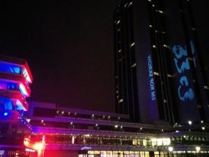 Der 33C3, das letzte Mal im HCC (links) in Hamburg, rechts das Logo projiziert an das Radisson-Hotel.