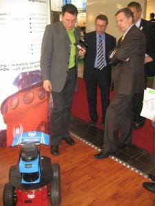 Regierungssprecher der Landesregierung NRW und Staatssekretär für Medien besucht das Exponat des Lehrgebietes PRT auf der CeBIT 2007.