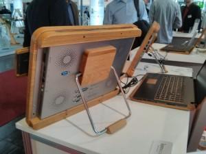 Der Holz-PC von hinten und das Notebook im Hintergund