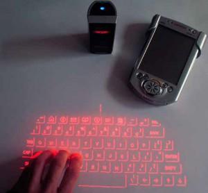 Die Zukunft von gestern, eine Celluon Lasertastatur an einem Campaq iPaq im Jahre 2005 - heute baut diese Firma Laser-Projektoren