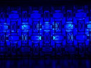 Eine Installation aus Monoblock Stühlen.
